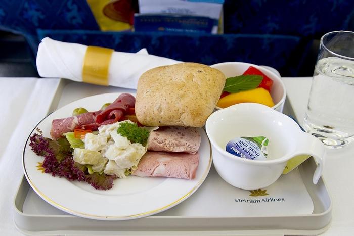 Suất ăn miễn phí các chặng quốc tế còn được phục vụ những món ăn truyền thống Á - Âu